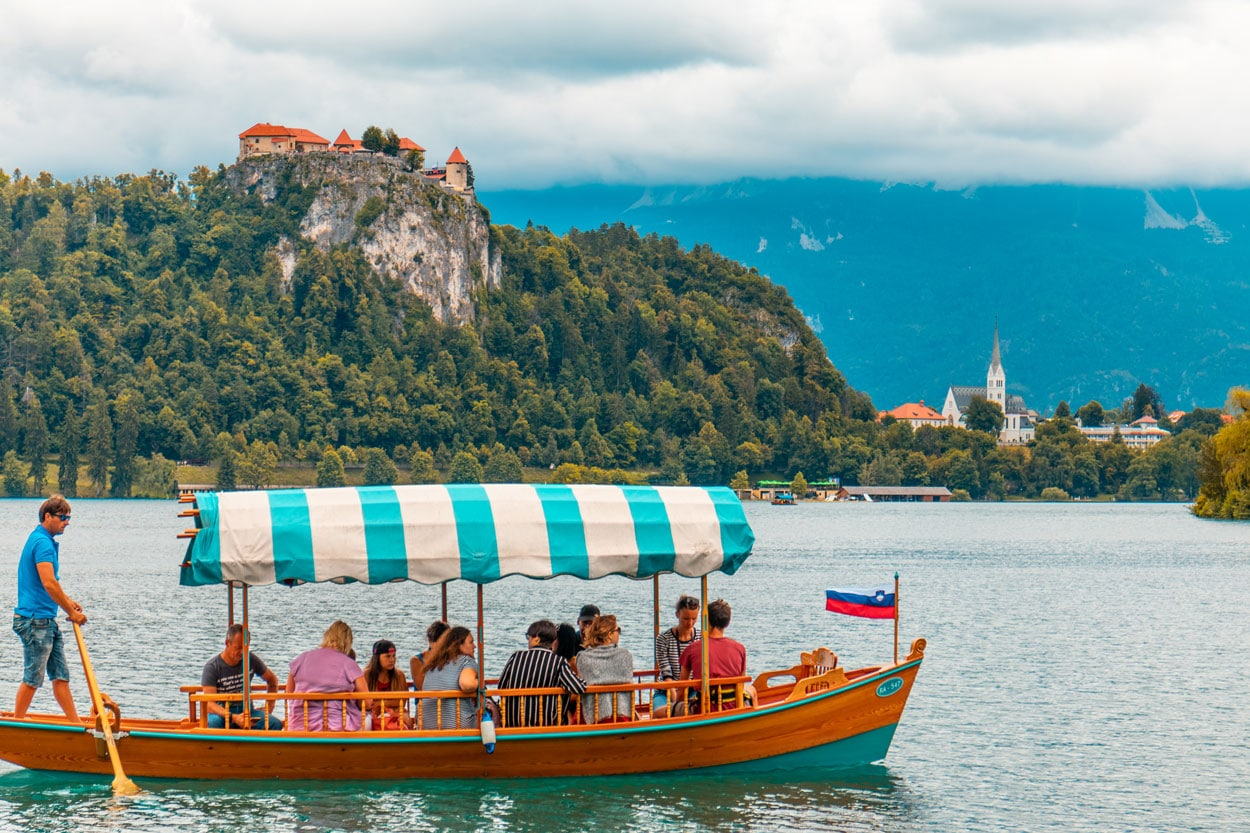 Lake Bled pletana ride with Bled castle in the bacground