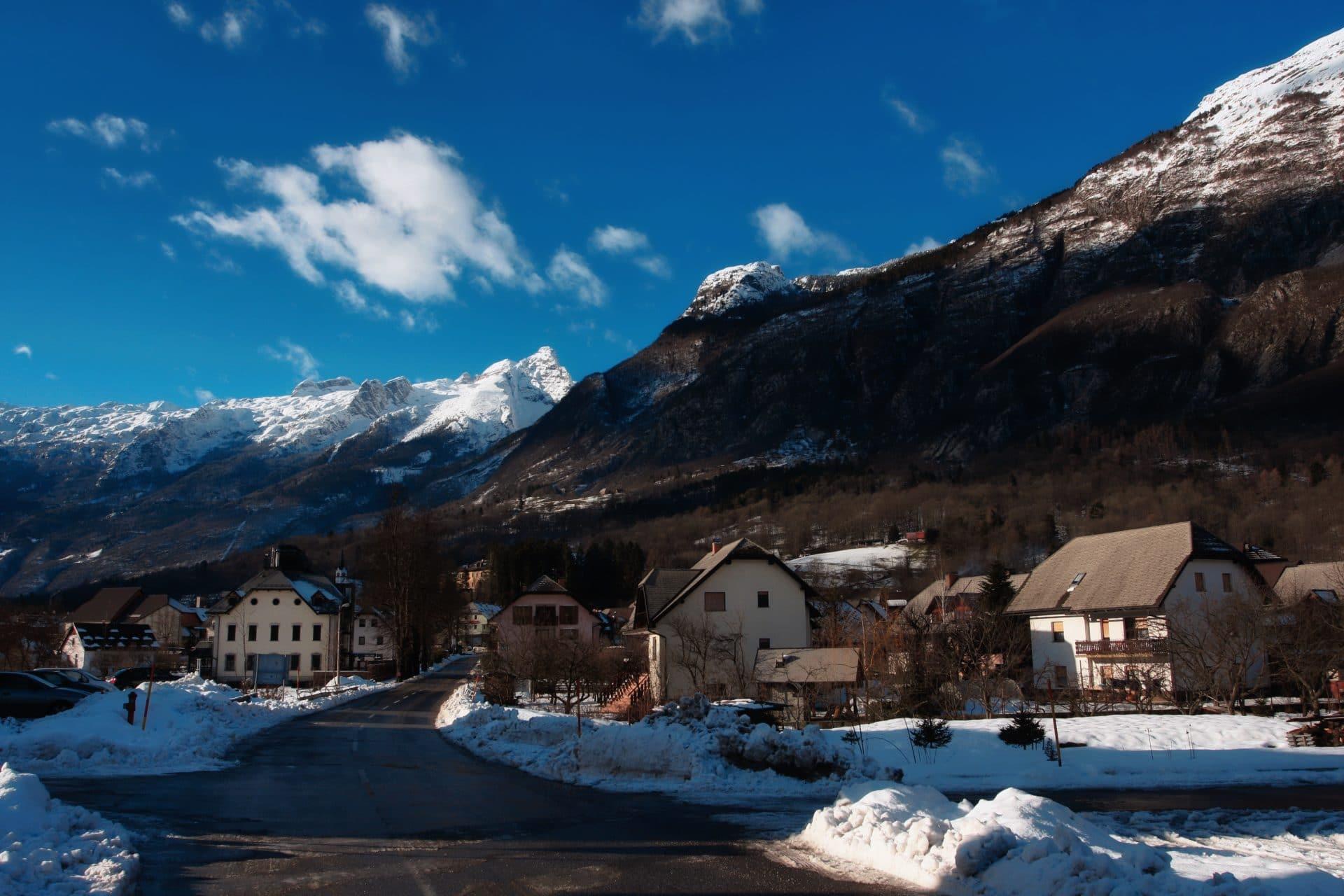 Bovec en invierno con la montaña Kanin al fondo