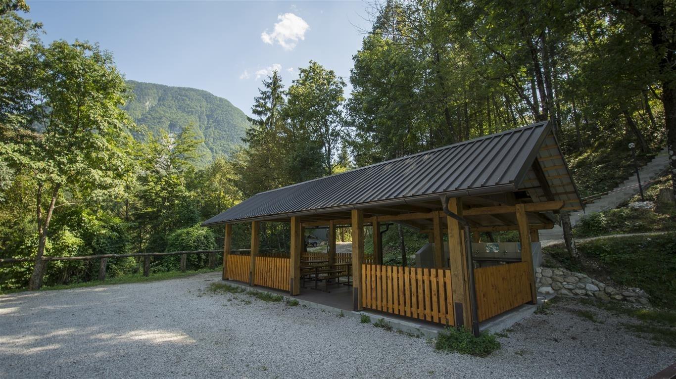 Zona de asientos cubierta del Camping Vodenca